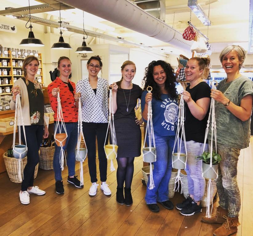 Deze dames leerden allemaal dezelfde knopen maar gingen allemaal met een eigen ontwerp plantenhanger naar huis. En dat kan jij dus ook!