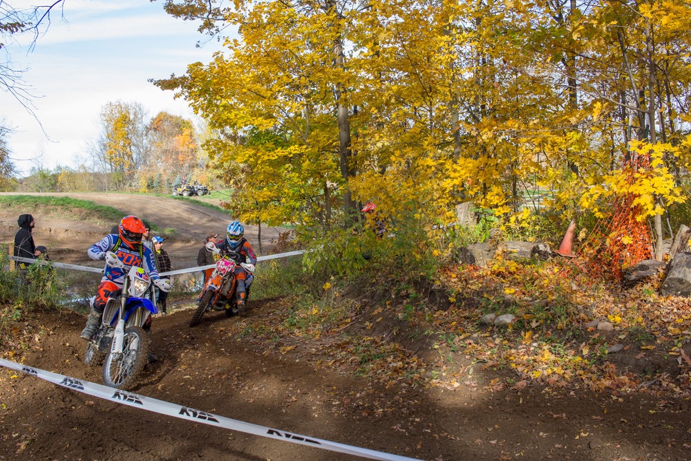 Coming in on the inside, Mallory #1542 attempts to make a pass. In hare scrambles, the winner is decided by who traveled the most distance in a set amount of time. 2016.