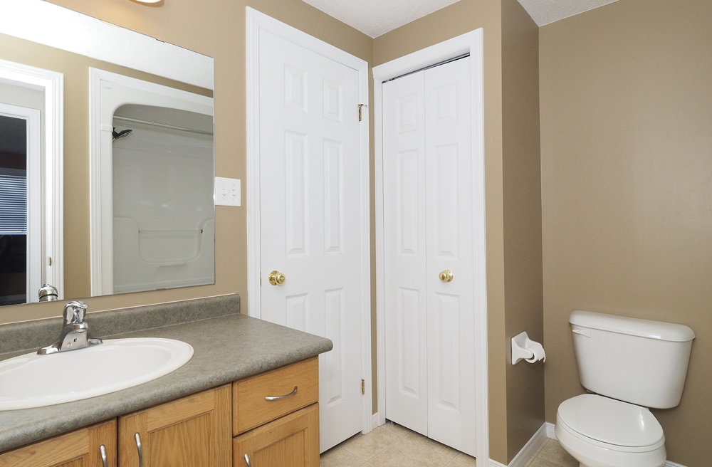 56 Adjoining bathroom.JPG
