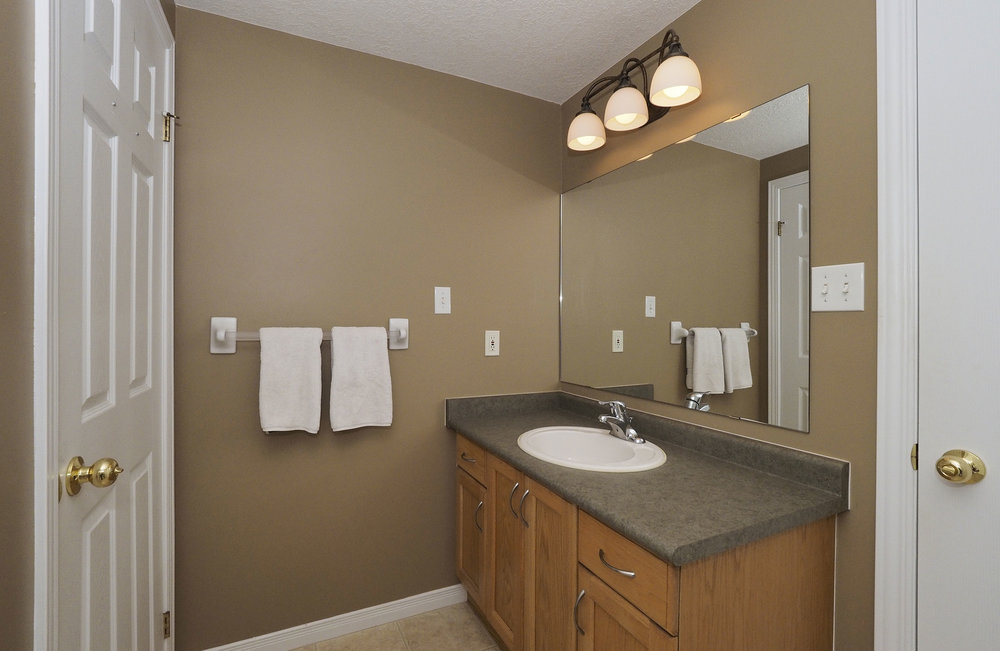 58 Adjoining bathroom.JPG