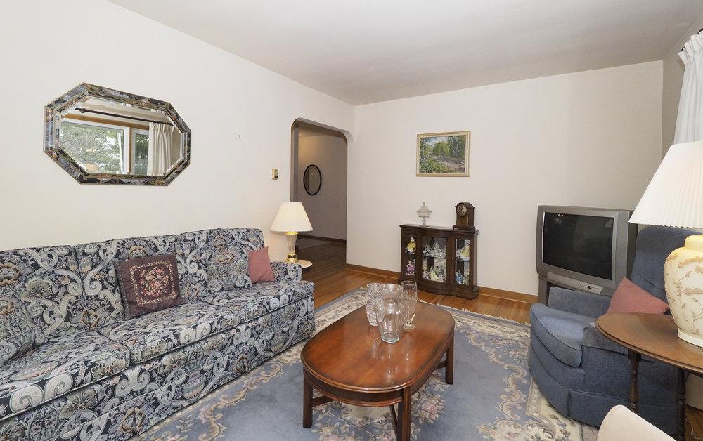 32 Living room.JPG