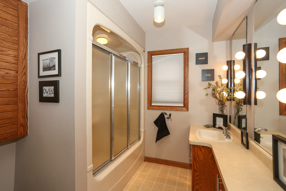 36 Bathroom.jpg