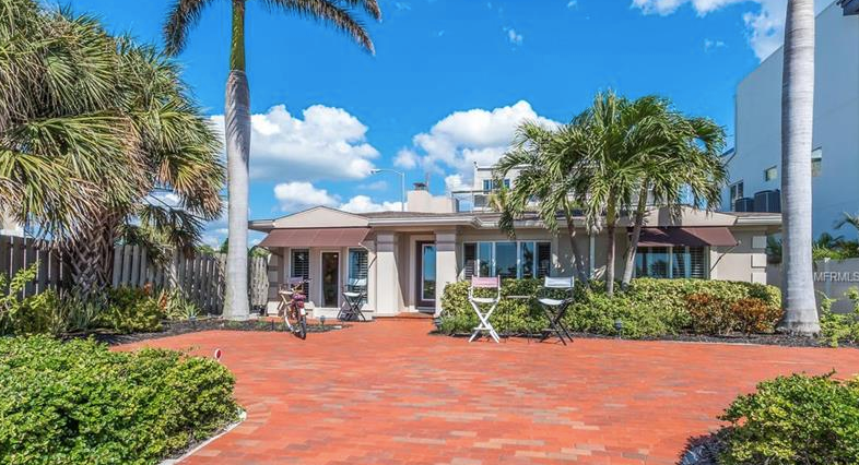 This beach bungalow sits across the street from the glistening waters of the Gulf of Mexico and the sands of Lido Beach.