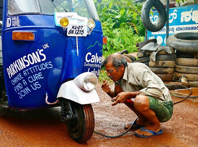 He could have told us anything and we would have believed it... none the less for all of 12p we were back on the road! #rickshawrun2017 #parkinsonsuk #calvettrust #quickfix #india #roadsidefix #3500km #7hp #14days #clicklinkinbio