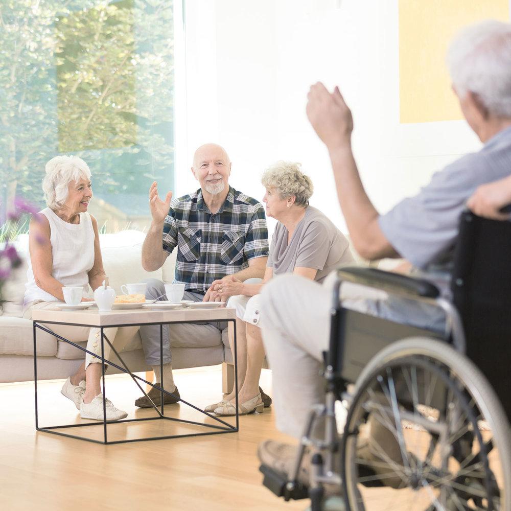Onbezorgd ouder worden - Kleinschalig wonen kent een aantal grote voordelen. Door het samen leven in een kleine groep kennen bewoners elkaar en de medewerkers snel. Dit zorgt voor een groot gevoel van vertrouwd- en veiligheid. Alle bewoners hebben een eigen zit/slaapkamer, wat zorgt voor veel privacy. De dagen kennen een duidelijke structuur met herkenbare activiteiten zoals meehelpen met koken, de tafel dekken, opruimen of de krant lezen.