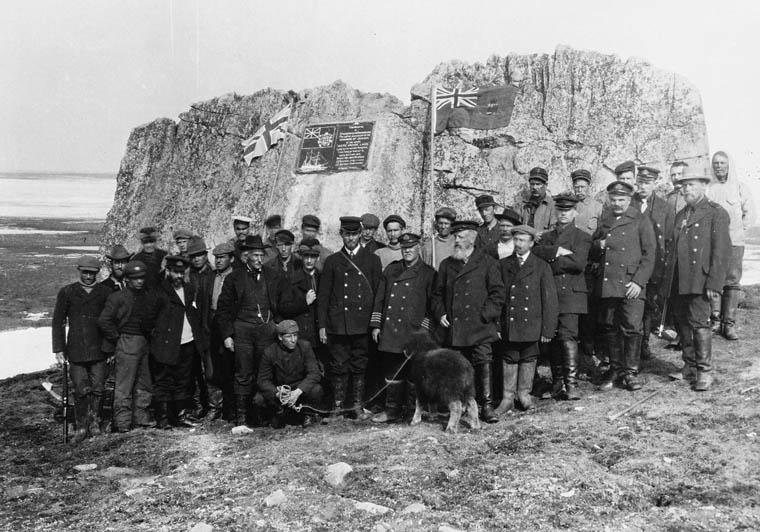 Le capitaine Joseph-Elzéar Bernier et son équipage à Winter Harbour, sur l'île Melville en 1908.