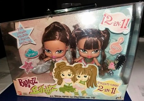 Aira (right) and her sister Sivan (left) in a 2-in-1 giftset.