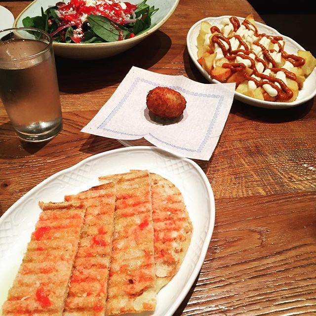 When in the  #gothicquarter patatas bravas y pan con tomate are a must! #barcelona 🥔 🍅