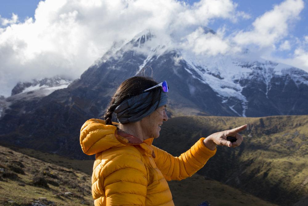 I Bhutan er det ikke bra å peke, spesielt ikke mot klostre, fjell og andre helligheter. Annine øver på å ikke peke. Etter tre reiser i Bhutan er hun fortsatt under trening. Jhomolhari Trek, Bhutan, 2017.