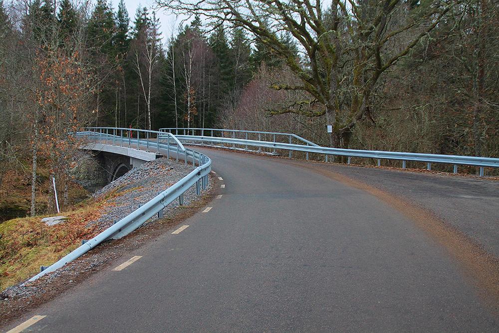Ny platta och pågjutning av undersida valv på stenvalvsbro över Ulverbäcken, Norra Björke.  Trafikverket, 2016