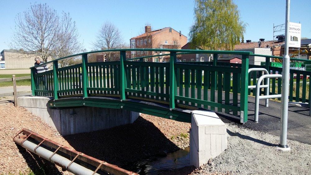 Ny GC-bro i trä i Götene.Träkonstruktion levererad av Moelven.  Skara kommun, 2016