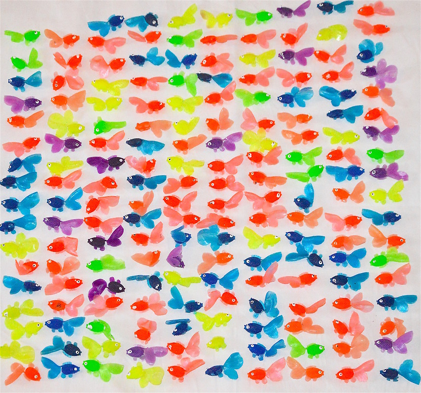 Små plastfiskar i olika färger och modeller