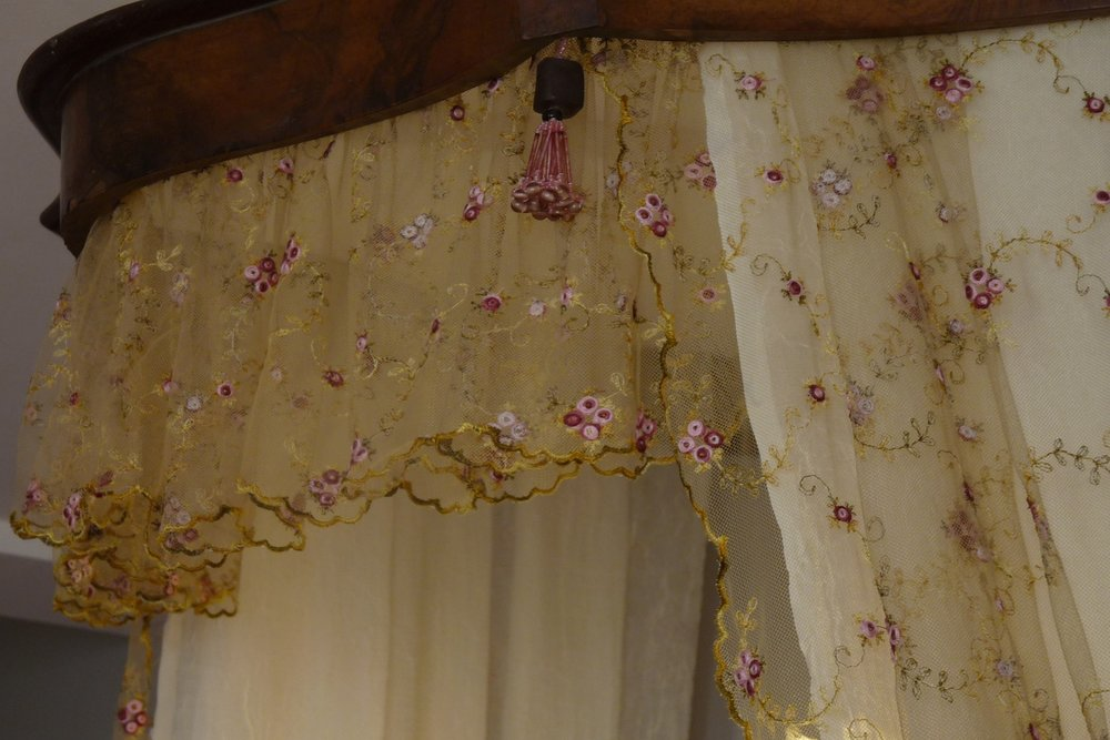 Rose room: Ciel de Lit - lace canopy detail