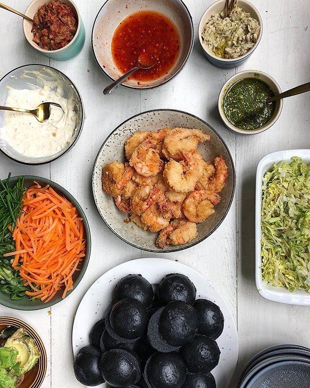 Feeling prawny AF over our lunch feast today 🔥 black mantou buns, deep fried panko GIANT prawns, aioli, sweet chill & all the salady goodness 🙏🏼