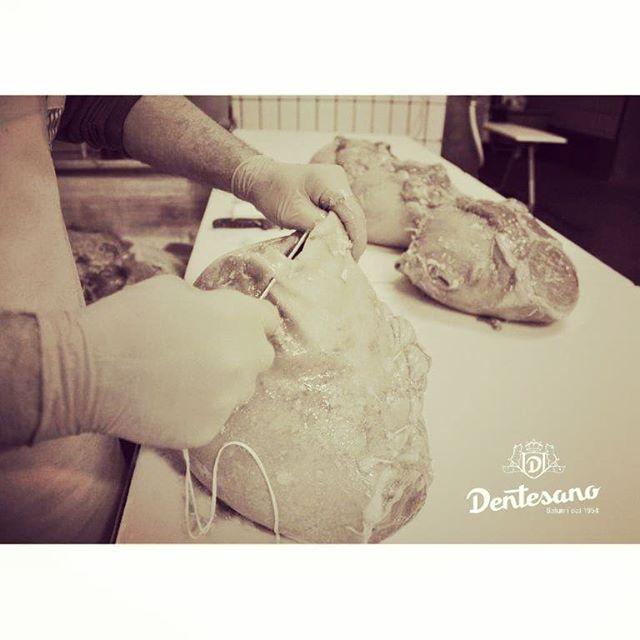 65 anni dopo li facciamo ancora così! Tutti i nostri Nonno Angelo, Cartoccio e Saporino sono legati e cuciti a mano dalle mani esperte dei nostri collaboratori. . . . #dentesano #salumificiodentesano #salumidal1954 #legatoamano #cucitoamano #tradizione #fattoamano #nonnoangelo #cartocciodentesano #cartoccio #saporino #cottoincrosta #cottocaldo #prosciuttocotto #cottopraga #trieste #madeinitaly #fvg #ognivoltanechiediancora