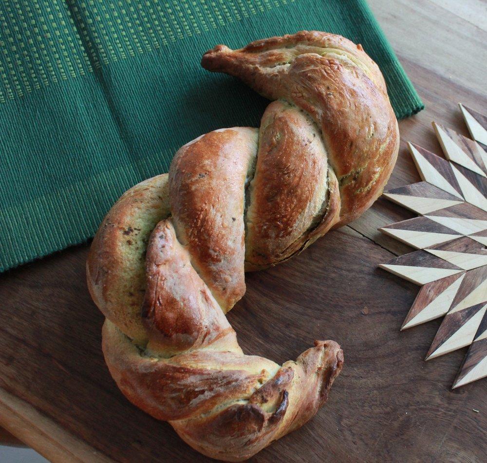 Pesto seahorse bread twist