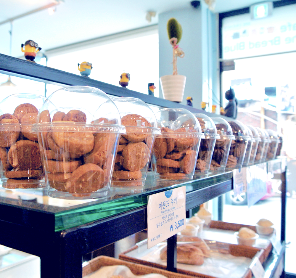 Almond cookies and more! The little decorations all over the Cafe The Bread Blue are adorable, too~