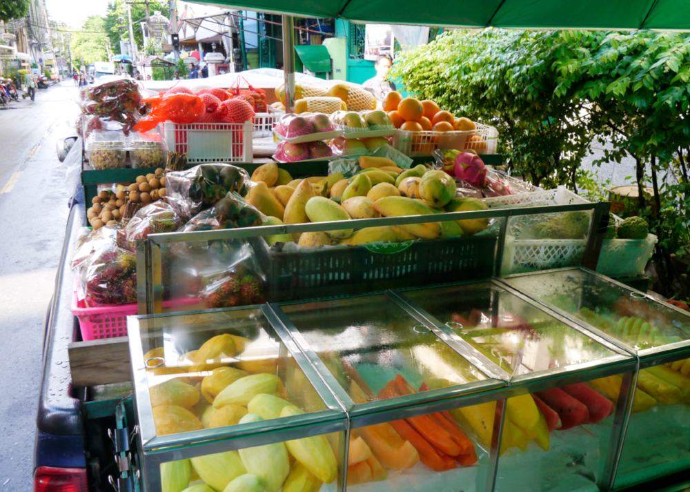 Thailand's markets and street stalls with their colorful fruit selections are a paradise for any vegan (or non-vegan) traveler. More impressions and recommendations for a vacation in Thailand on my blog!