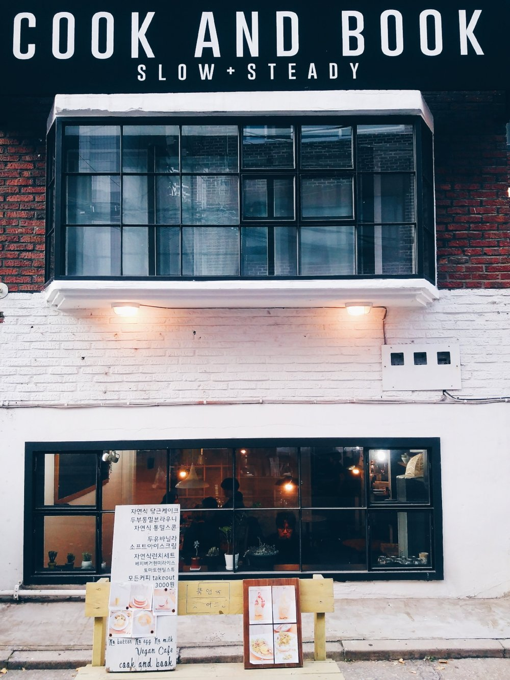 Things to do in Hongdae, Seoul: A creative travel diary & bullet journal doodles. How to spend a day in the area around the (artsy) Hongik University in Seoul - the whole area is famous for its nightlife and shopping opportunities, but there are hidden places and side streets to discover. Follow me around Hongdae from morning till night, from art shops to restaurants, creative events to concerts, and I hope you get some ideas on how to spend a laid-back day in Seoul. With travel sketches and a creative bullet journal vacation layout idea.