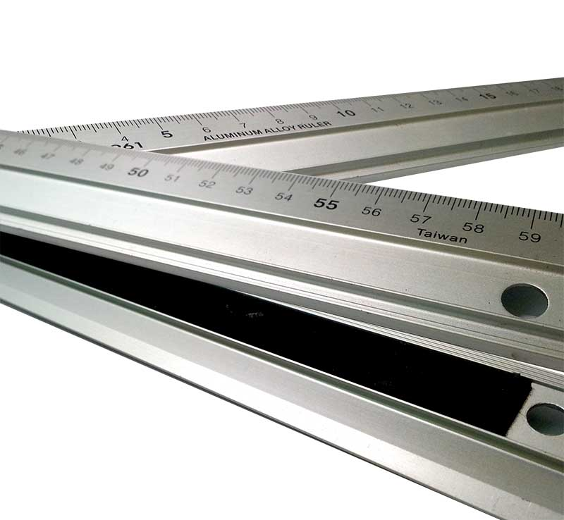 Leponitt Aluminum Alloy Straight Ruler   Anti-oil, and easy tp read scale. Proof skid with velve, Width at 35mm for easily handle.   JRB-931  300mm in length  JRB-946  450mm in length  JRB-961  600mm in length