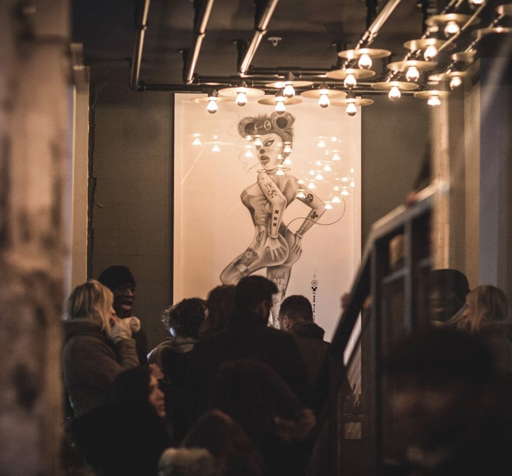 Luiz Risi - Luiz Risi is straatartiest en multidisciplinair ontwerper. Hij is ook de schepper van The Red Mice District: een alternatieve wereld, vol met sexy muizenfiguren, die momenteel leven in het Wallengebied. In de smalle straatjes waar de stad nooit slaapt, knaagdiertjesmeiden in gewaagde outfits bewonen een nieuwe laag tussen de sekswinkels en stripclubs van Amsterdam.http://art.luizrisi.com