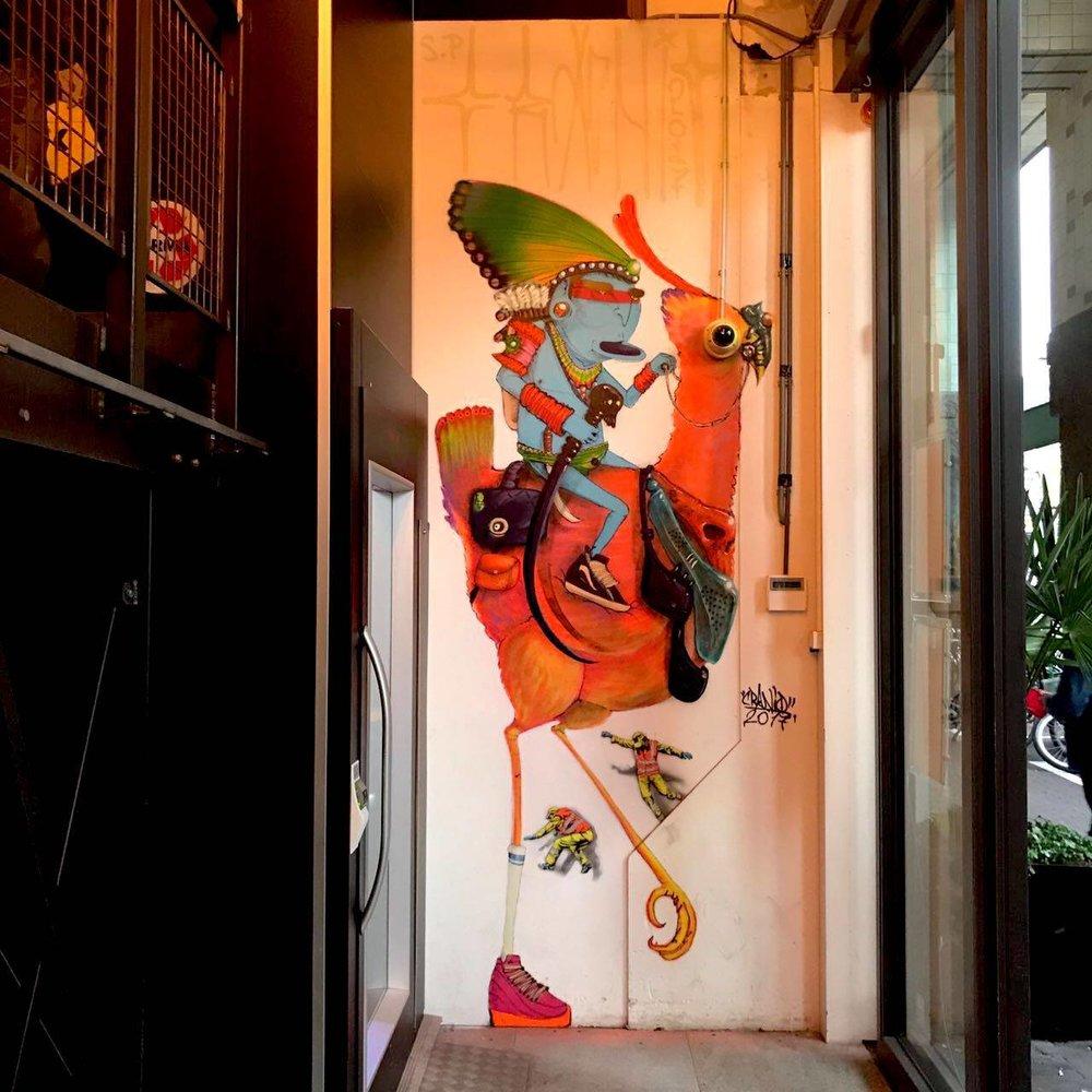Cranio - Cranio is een kunstenaar die alles wat hij weet over kunst op straat heeft geleerd. In 1998 besloot Cranio dat de grijze muren in 'zijn' Sao Paolo een boost nodig hadden. Sindsdien heeft hij hetzelfde gedaan voor andere steden. Zijn handelsmerk en belangrijkste speler is een blauwe indiaan. Hoewel hij door de jaren heen zijn stijl heeft ontwikkeld en nieuwe technieken heeft geleerd, zijn werk verloor nooit de humor en scherpte.http://cranioartes.com