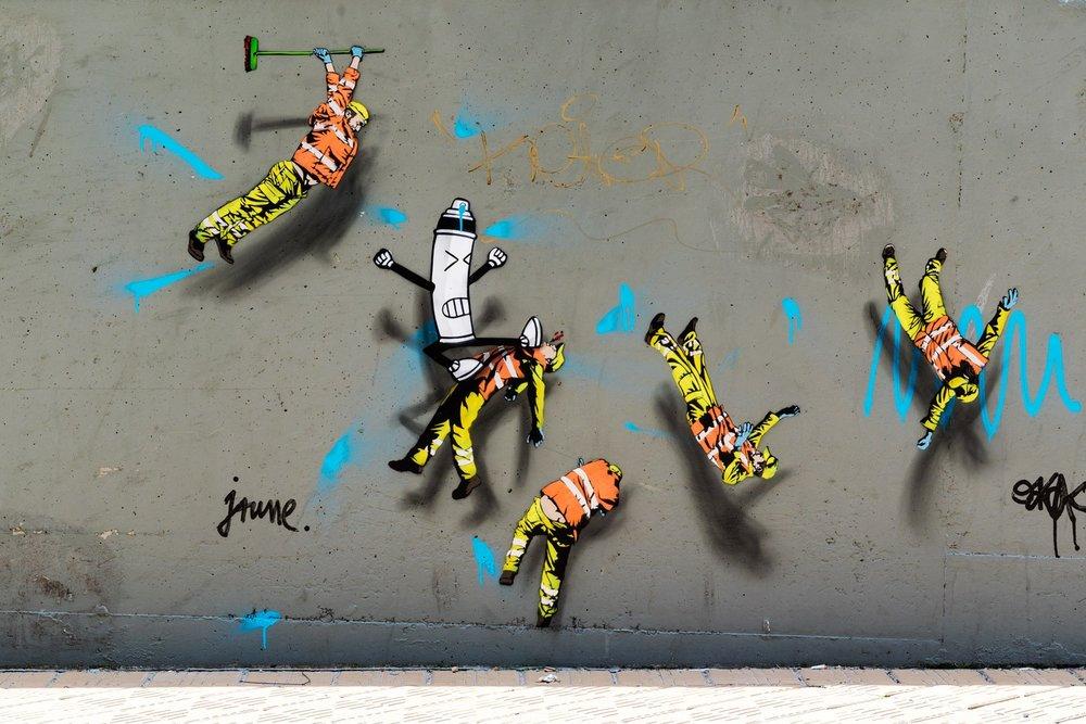 Jaune - Jaune is een Belgische stencil kunstenaar en stedelijk interventionist wiens werk gebaseerd is op de paradox tussen het zichtbare en het onzichtbare. Met sanitaire werkers als hoofdrolspelers in zijn humoristische installaties en schilderijen. Het werk van Jaune is aandachttrekkend en maakt de kijker betrokken bij de relatie tussen het kunstwerk en zijn omgeving. Het werk van Jaune zit door heel De Bajes verspreid.https://www.art-of-jaune.com