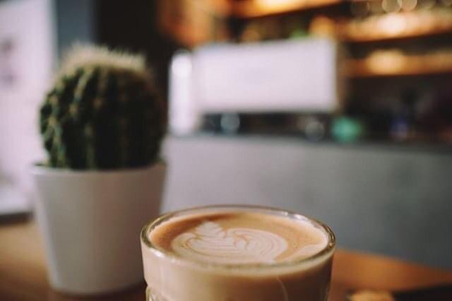 #customerrepost @matze_188 Danke für dein tolles Foto! 🤗☕️ Schönen Montag wünschen wir all unseren Kaffeefans und Koffeinjunkies! Kommt gut durch den Montag und startet mit einem Lächeln in die Woche 😊 Sollte einem das Lächeln schwer fallen, kommt vorbei!  #wermontagslachthatgutenkaffee