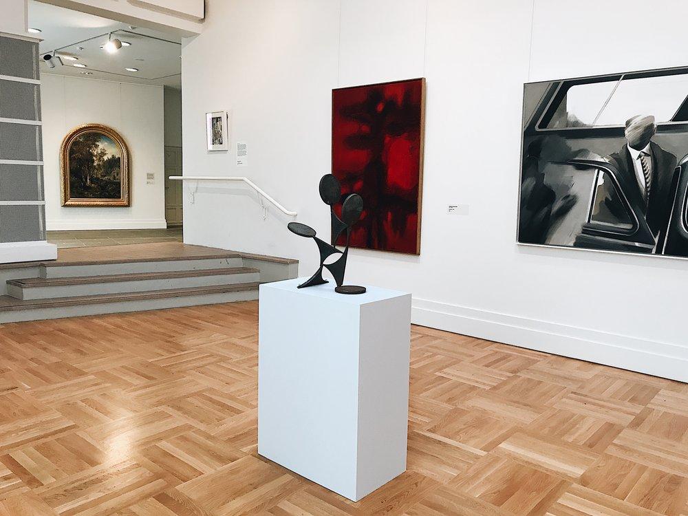 Näyttelyssä uusi ja vanha kohtaavat toisensa saumattomasti: takana Werner Holmbergin  Ihanteellinen maisema (öljy 1860), vasemmalla Jaakko Somersalon  Punainen  (öljy 1961), oikealla Ulla Rantasen  Katukuva  (öljy 1969) sekäetualalla Lars-Gunnar Nordströmin veistos  Kierto  (rauta 1954–56).