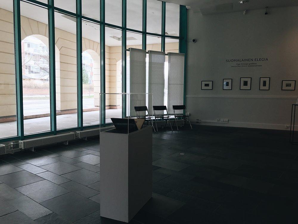 Alakerrasta löytyvä,Ismo ja Mervi Sirénin kokoelmaan pohjautuva näyttely Suomalainen elegia esittelee Hugo Simbergin graafista tuotantoa.