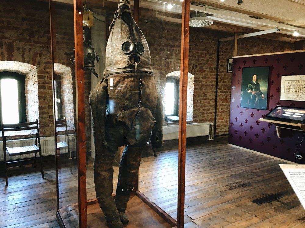 Kaupungin kuuluisuus Wanha herra on maailman vanhin sukelluspuku. Kruununmakasiiniin siirretty puku on valmistettu vasikannahasta. Takana roikkuu puolestaan hieman uudempi sukelluskypärä, jota museovieraatkin saavat sovittaa päähänsä.