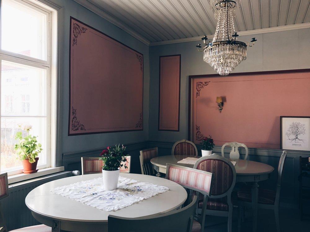 Langin Kauppahuoneen kahvila on kerrassaan hurmaava ja ainutlaatuinen kokonaisuus.