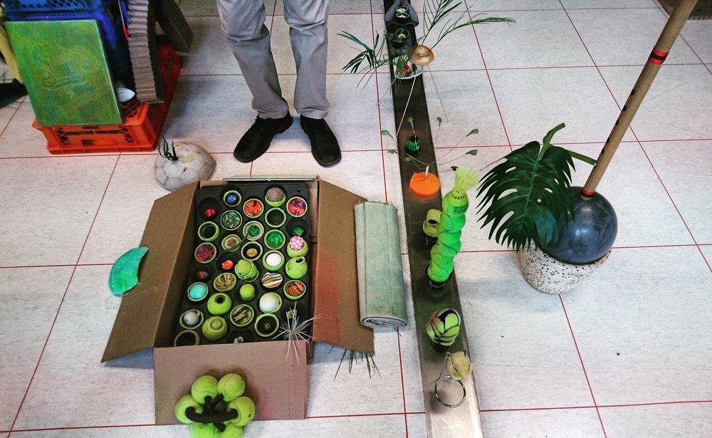 Osa Dylan Ray Arnoldin installaatiosta Kevätjuttu. Huom: kuvassa näkyvät jalat eivät ole osa installaatiota.