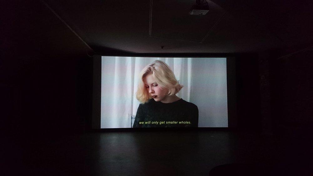 Kuva  Ananya Tantun  videoteoksesta Small Reality. Video nähtävissä näyttelyn lisäksi myös  täällä.
