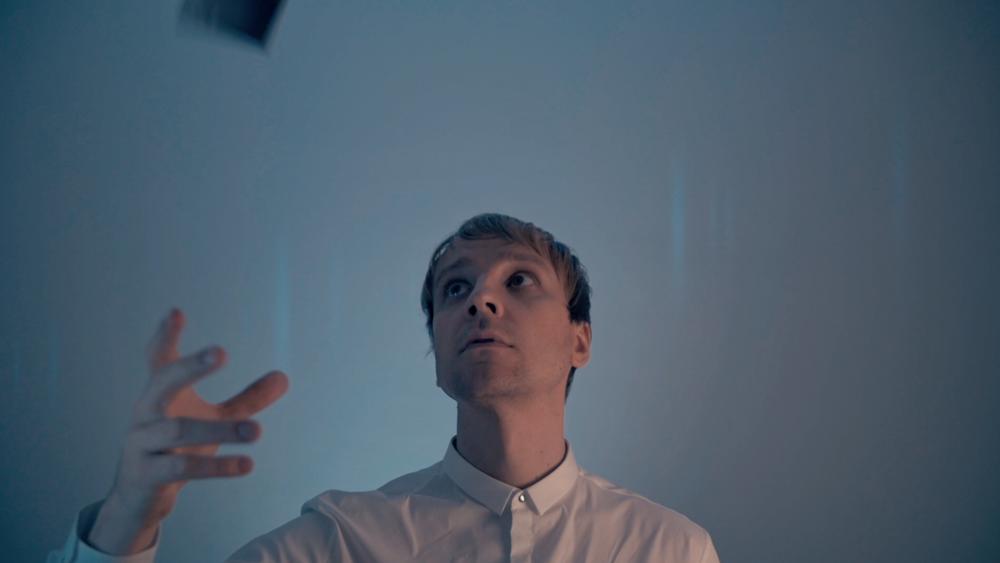 Tomi Mäkilän kuva Star Systemin musiikkivideolta:Brando Louhivaara
