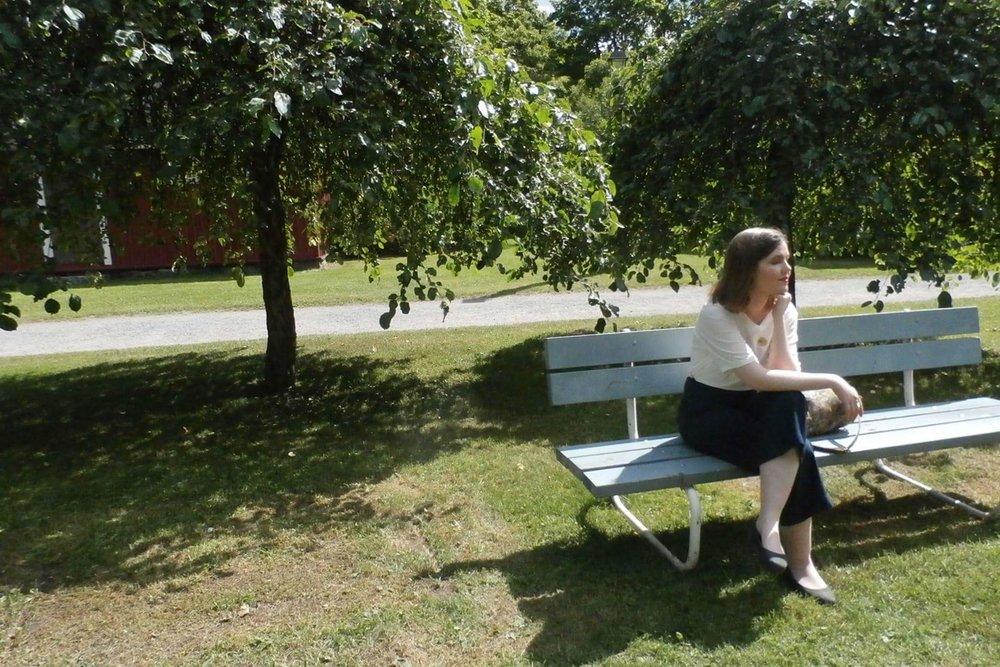 Nautin auringosta Rautatieomenapuiden katveessa museon pihapiirissä aiemmin kesällä. Kuva: Nils Östbrant