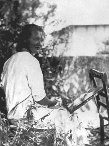 Charlotte Salomon maalaamassa isovanhempiensa puutarhassa, noin vuonna 1939.