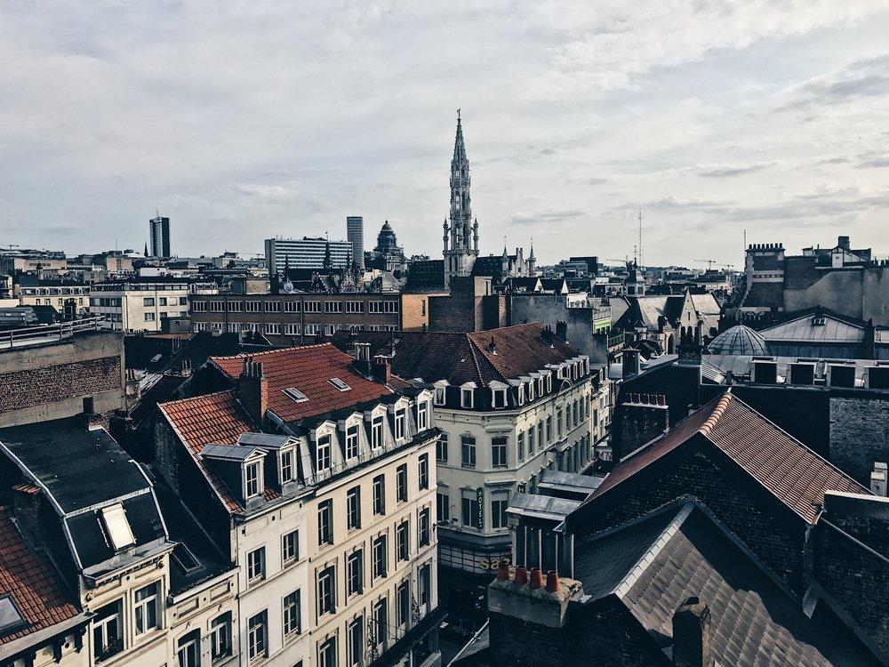 Brysseliin kannattaa tutustua myös kaupungin lukuisten kattoterassien humusta käsin. Kuva Lá-haut Viage -terassilta.