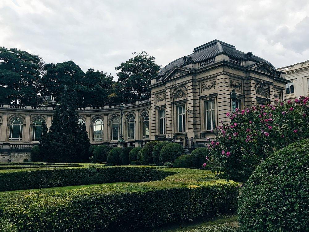 Kuninkaallisen palatsin julkisivua Brysselin keskustassa.