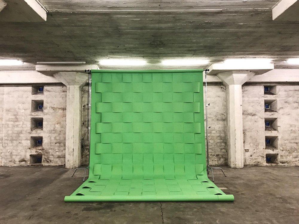 Christian Andersson on pystyttänyt valtaisan teoksensa  Chroma Key Twine (2016)  keskelle toista galleriatilaa.