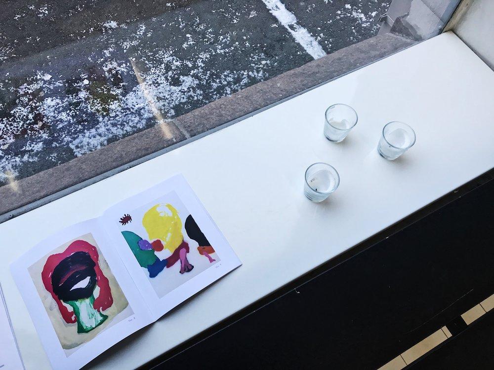 Pienessä näyttelyssä kannattaa istahtaa alas ja tutustua Jäntin Kööpenhaminassa esillä olleen IMMJ -näyttelyn esitekirjaseen.