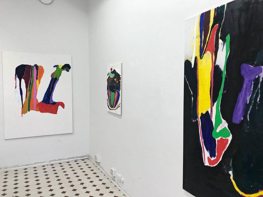 Markus Jäntin näyttely ei jätä galleriavierasta kylmäksi värimaailmallaan.