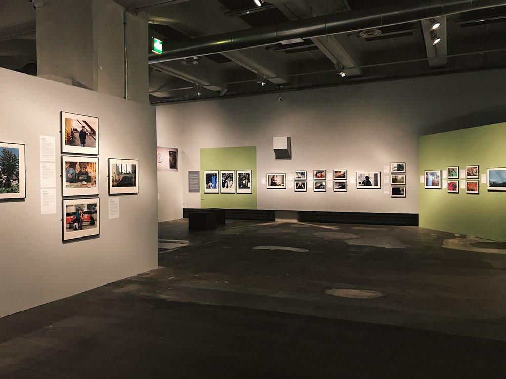 Tuntuuko tutulta? -näyttelyssä eri sukupolvien arkikokemukset muodostavat yhdessä laajemman tarinan suomalaisesta yhteiskunnasta.