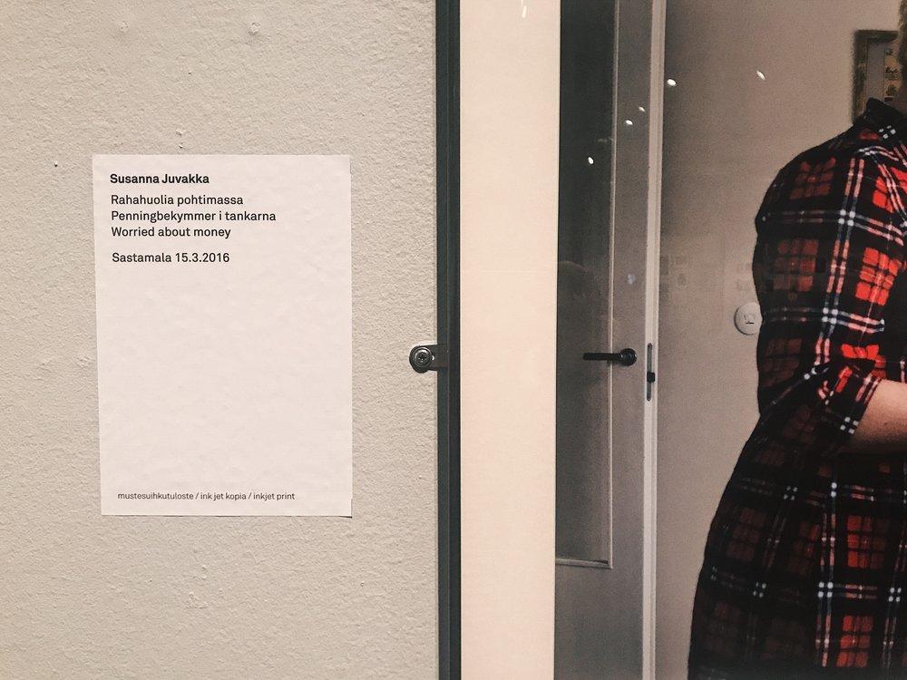 Susanna Juvakan valokuvat ovat myös dokumentteja elämästä. Sastamalassa asuva kahden lapsen äiti sairastaa fibromyalgiaa ja elää niukasti kuntoutustuella. Ahdistuksen keskelle valoa tuovat esimerkiksi uudet lakanat ja ystävät.