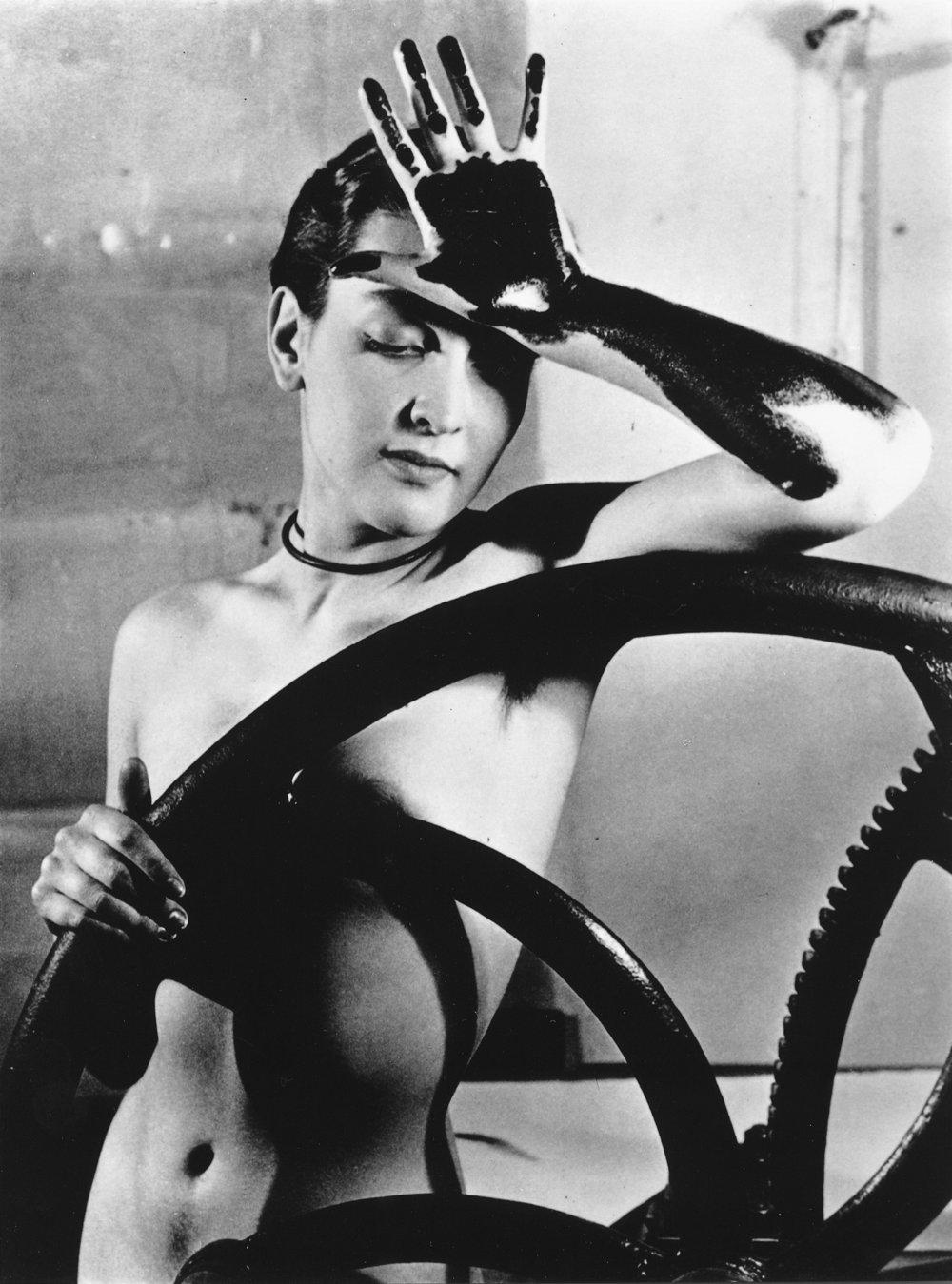 Man Ray: Erotique voilée, 1933, valokuva Malli: Meret Oppenheim