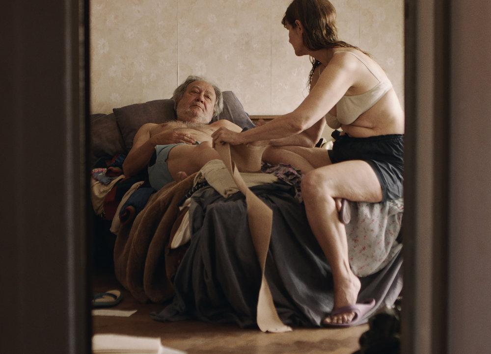 Mónica Lairanan  elokuvassa  Bed  nauretaan ja itketään, kun pian eroava pariskunta muistelee yhteisiä vuosiaan.Kuva: Espoo Ciné