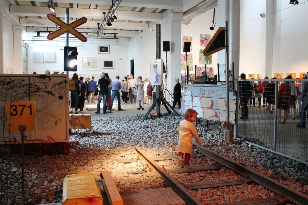 Aleksi Liimataisen ja Mikko Paakkosen  Suomi Finland 5926  -installaatio koostui mm. rautatiekiskoista, joilla sai kävellä.
