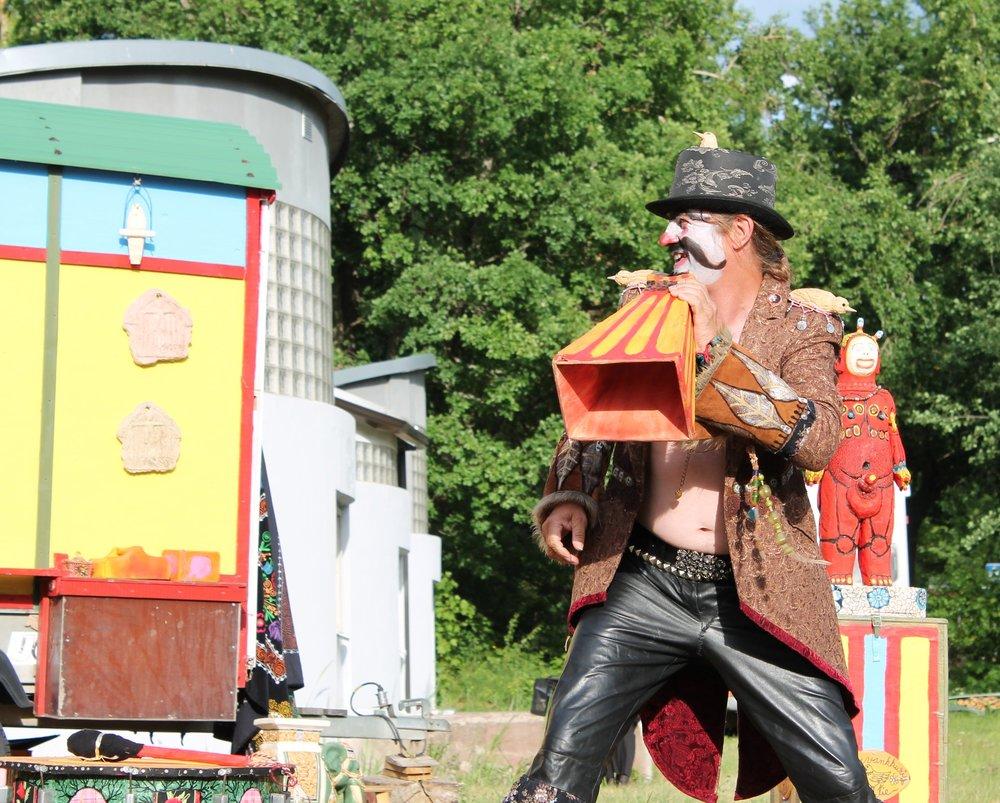 Tapani Kokko hauskuutti yleisöä Tapani Tamburiini -klovnina.
