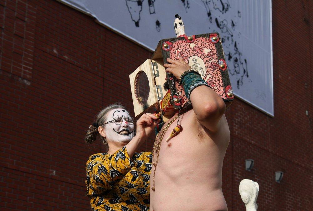 Taiteilijat pitävät performanssin Mäntässä vielä muutamina päivinä kesän aikana. Tarkempia tietoja  näyttelyn kotisivuilta.
