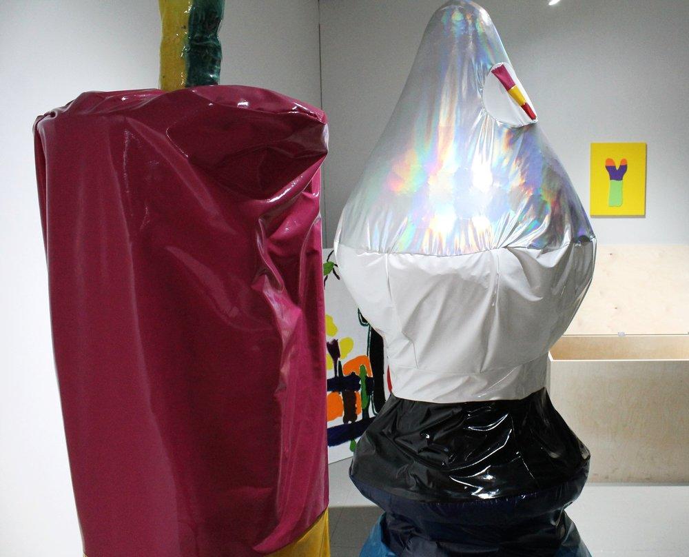 Markus Jäntin värikäs ja kimalteleva installaatio  In Memory of Grandpa  koostuu erilaisista materiaaleista, joita on yhdistelty rennon leikkisästi.